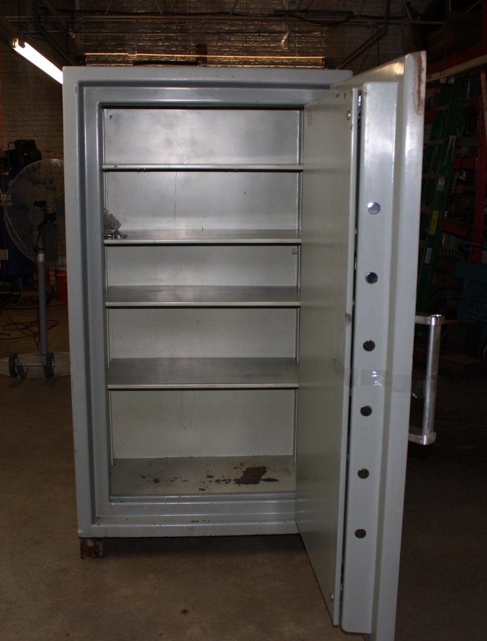 ism cash vault tl30 cv 6333 70 9 hx40 9 wx28 3 d outside 63 hx33 1 wx18 1 d inside 3625 lbs this ism offers six sided protection